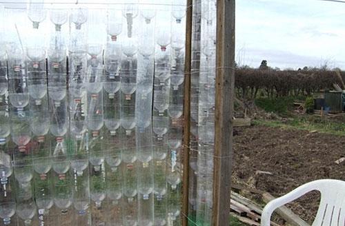 Пластиковые бутылки необходимо соединить в цельное полотно